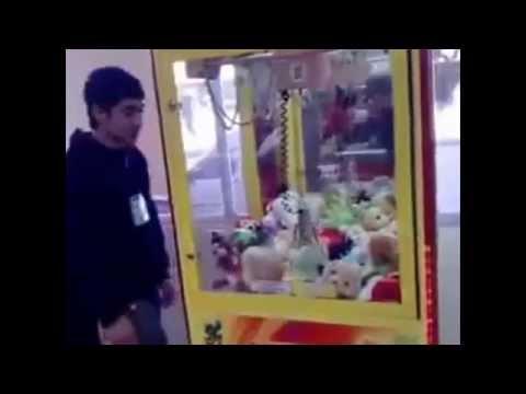 Как правильно достать игрушку из автомата - How to get a toy from a vending machine