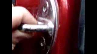 причина стука оказалась расшатаная петля на ответной части замка водительской двери гольф4(, 2013-10-11T14:00:26.000Z)