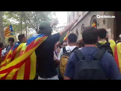 Estudiantes llenan la plaza Universitat de Barcelona en protesta por las actuaciones contra el 1-O