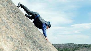 Человек-паук нервно курит: дед Андроныч взбирается по скалам без снаряжения и страховки