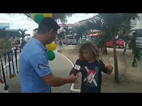 O Surfista, Pedro Veiga foi recepcionado por alguns familiares de Amargosa e mostra seus títulos
