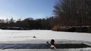 Закаливание  моржевание плавание в ледяной воде Quenching winter swimming swimming in ice water