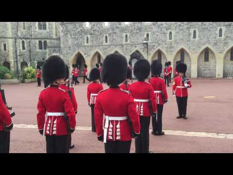 CHANGING OF THE GUARD WINDSOR CASTLE (04/08/2016)