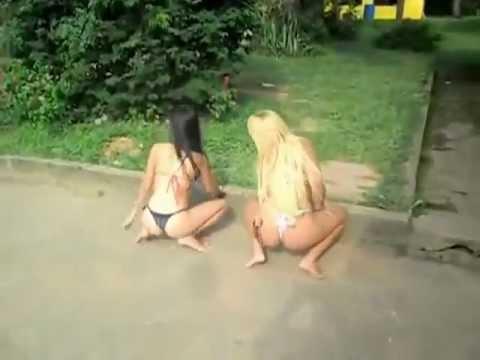 Duas Novinhas Gostosas Dançando Funk de Biquini
