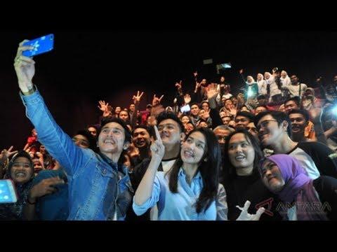 hadiri-pemutaran-perdana-film-chrisye,-vino-dan-velove-bikin-heboh-warga-palembang