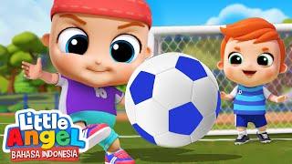 Tendang Bolanya, Kamu Bisa! ⚽️ Kartun Anak | Little Angel Bahasa Indonesia