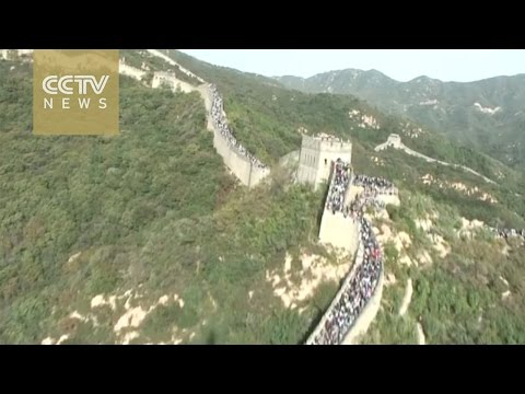Aerial footage: National Holiday brings great crowds to Great Wall