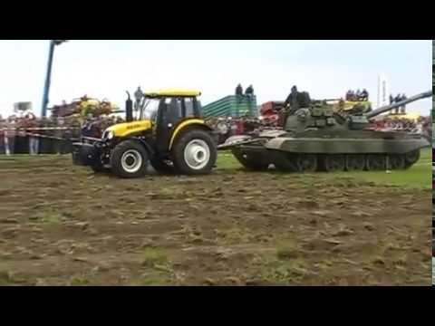 Трактор YTO-LX954 тягне танк