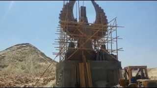 شاهد الثمثال شعار قناة السويس الجديدة بعد رفعه على أكبر قاعدة أرتفاعه 20متر