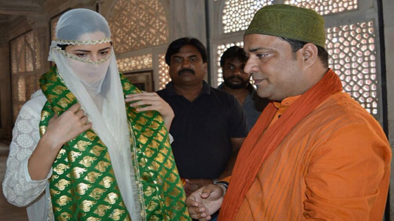 Katrina Kaif Offering Prayers At The Tomb Of Salim Chishti by ETimes