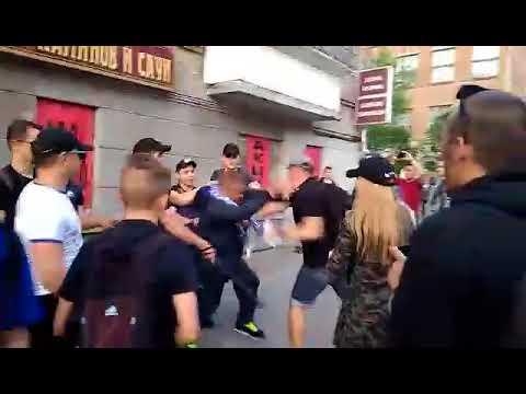 Драка фанатов с полицией перед матчем Динамо - Шахтер