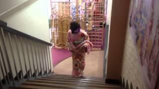 振袖の立ち居振る舞い|階段の昇り方【トータルフォトスタジオ シンデレラ】 thumbnail