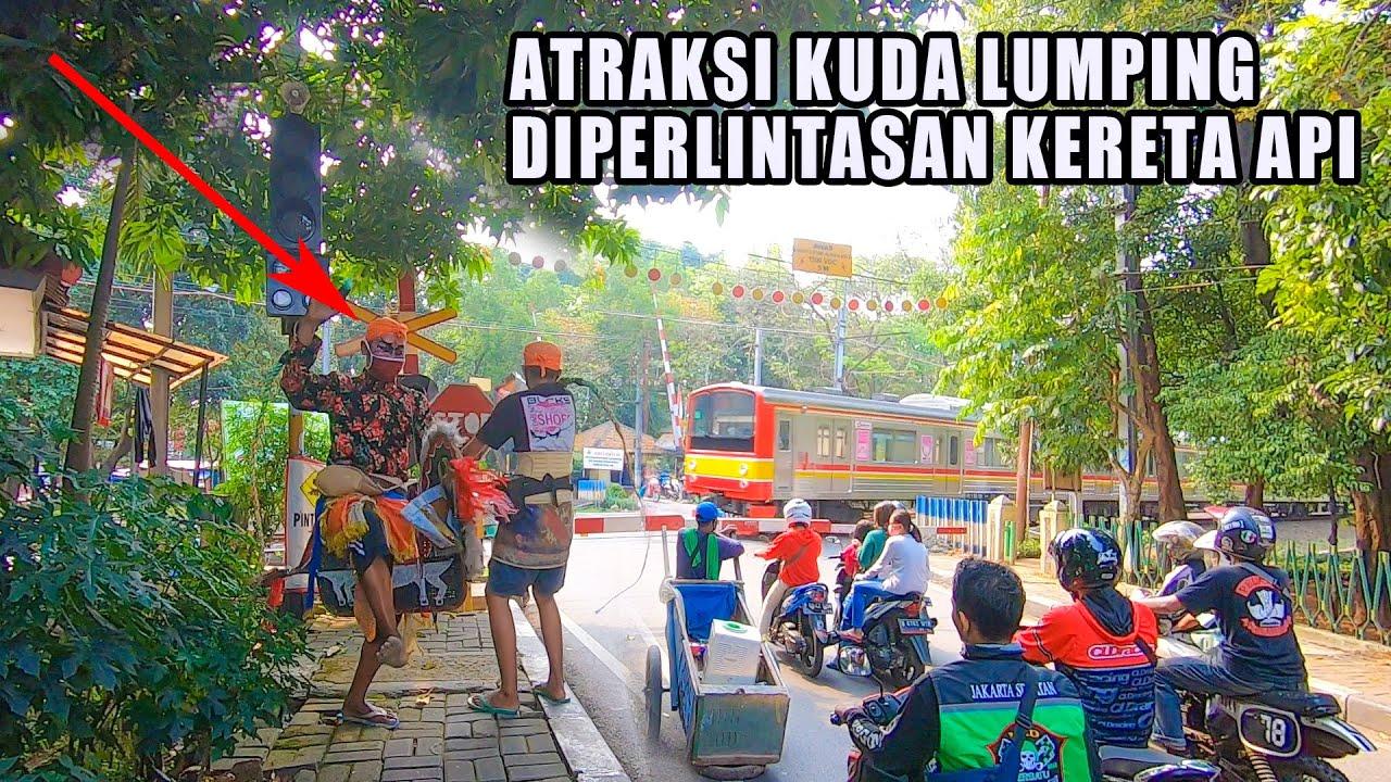 Atraksi Kuda Lumping/Kuda Kepang Di Perlintasan Kereta Api Tanah Kusir Jakarta
