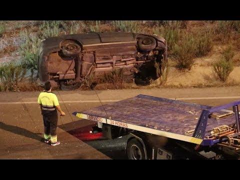 VÍDEO: Las imágenes del accidente de tráfico en la rotonda de acceso a la autovía. Pese al vuelco no hubo daños de personales de gravedad
