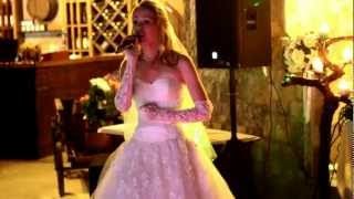 Bride sings to her groom at their Wedding. Невеста поёт жениху.