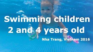 Плавающие дети в бассейне. Путешествия с детьми. Нячанг, Вьетнам.