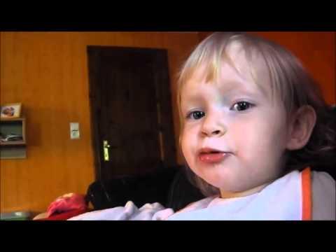 Kind singt La Le Lu (1 Jahr 7 Monate alt)