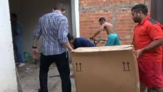 """Equipe do programa """"O Povo Na TV"""" acompanha entrega de cadeira de rodas para adolescente."""
