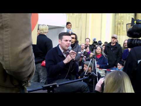 Ken Jebsen auf der Montagsmahnwache am Brandenburger Tor in Berlin am 05.05.14