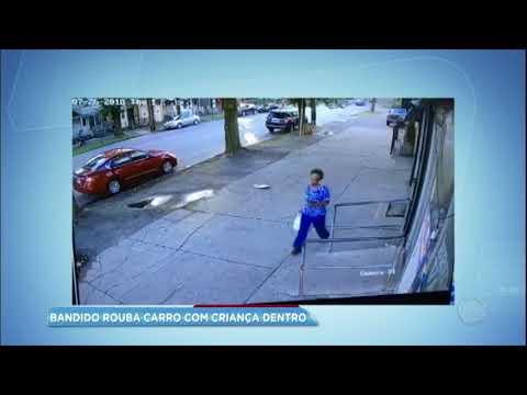 Homem rouba carro com crianças dentro