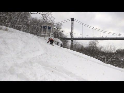 После снегопадов в Житомире в парке Гагарина можно покататься на сноуборде