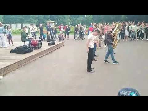 Ребята играют на духовых инструментах в парке им. Горького г.Москва