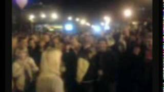 Пьяная девка отжигает, на площади.