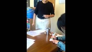 一瞬しか写ってませんが、元アイドル江戸真樹さんの近況です。松竹新喜...