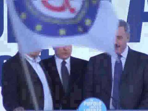 Vergognoso Berlusconi a Milano, deride nuovamente l'inno di Mameli  e stona