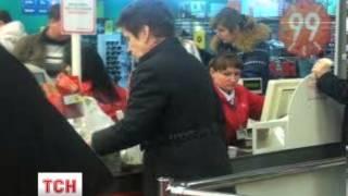 Дружина Януковича купувала в Ашані продукти - очевидці(UA - Дружина Януковича купувала в Ашані продукти - очевидці. Журналісти сфотографували Людмилу Янукович..., 2014-02-22T19:27:55.000Z)