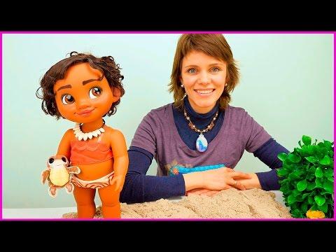Детское видео: Кукла Моана и Мила играют с Кинетическим песком - Развивающее видео для детей