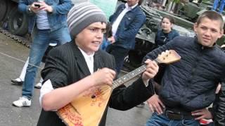 чеченский мальчик с медалью поет под балалайку