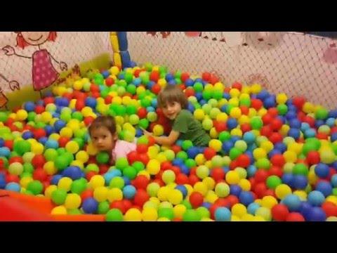 Мини парк развлечений для детей Поиграем в парке с мячиками