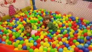 ✿ ВЛОГ Арсения: Мини парк развлечений для детей - Поиграем в парке с мячиками