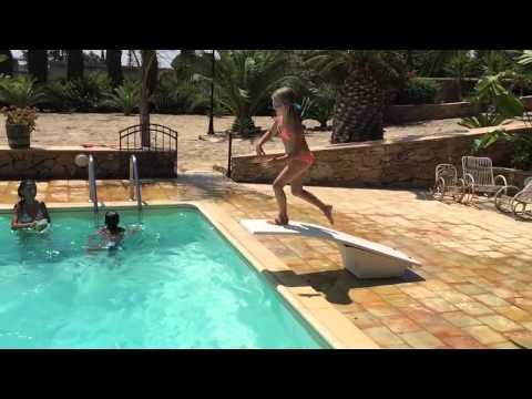 Tuffi in piscina villa niscemi mare di augusta youtube for Piscina walker martinez