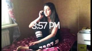 البنت لما بتحكي على التليفون مع ( أبوها، أمها،اختها،رفيقتها،و حبيبها )