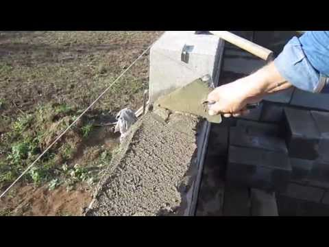 Укладка полнотелых цементно песчанных блоков