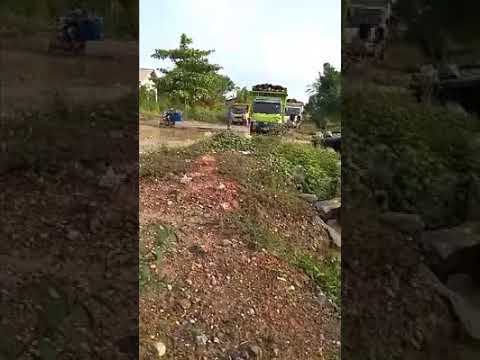 Detik detik truk sawit guling dijalan berlobang