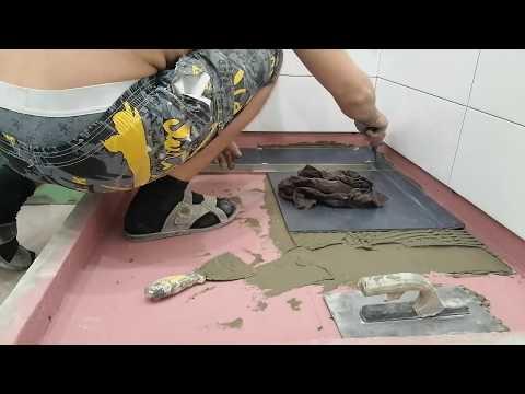 Укладка плитки, в душе с уклоном под слив.