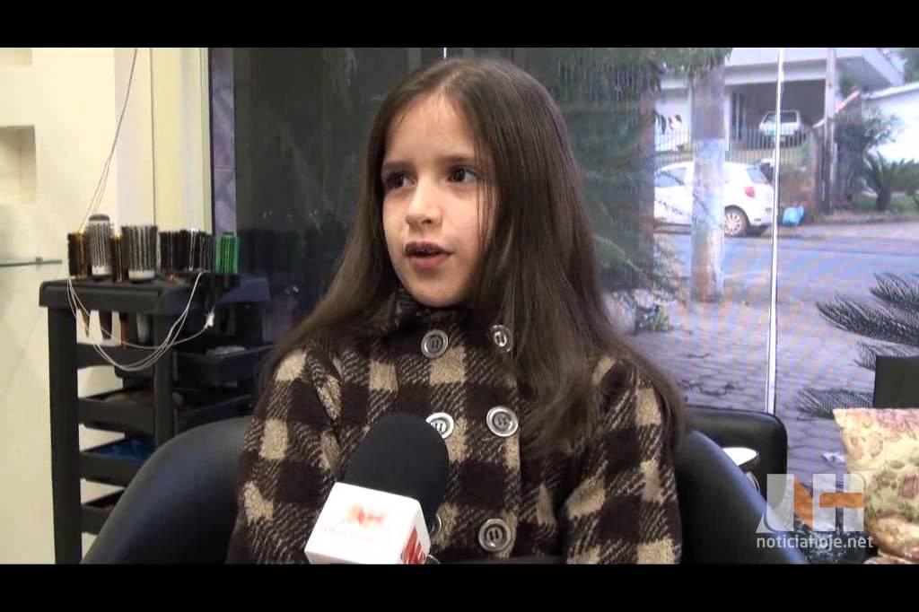 Menina de 10 anos corta o cabelo e doa...