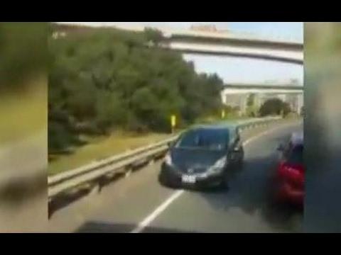 國道驚見三寶!轎車迴轉逆向下匝道險撞