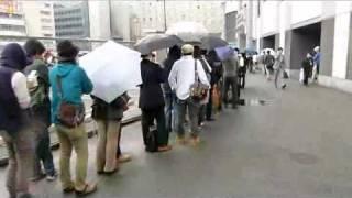 iPad 2発売にともなって出来た行列の様子 ヨドバシカメラ梅田店前