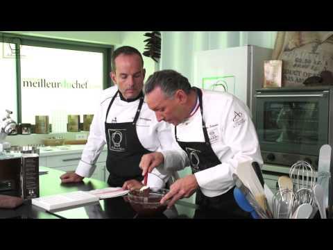 Tempérer du chocolat avant moulage par le MOF Philippe Bertrand