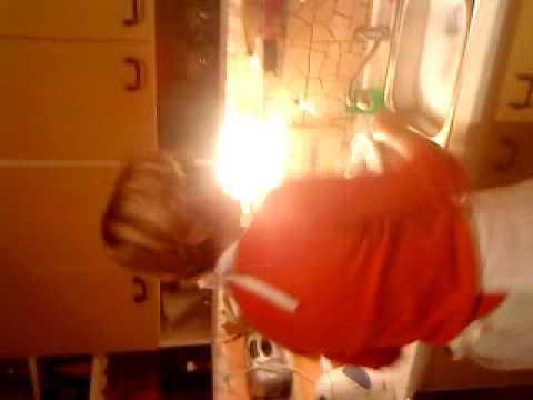 Zhaslá popová hvězda zpívá žít jako kaskadér v kuchyni!!!!