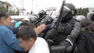 Download Росгвардия Бурятии разогнала мирную акцию протеста на площади Советов Mp3 and Videos