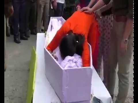 Heart-wrenching moment! martyr Amitava Malik's wife hugs him for the last time