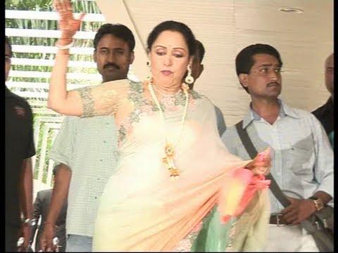 Esha Mehndi Ceremony : Hema malini slips at esha deol s mehendi ceremony youtube