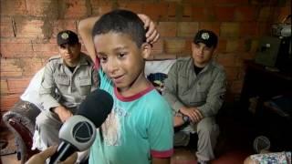 Policiais se comovem e ajudam garoto que procurava material escolar no lixo