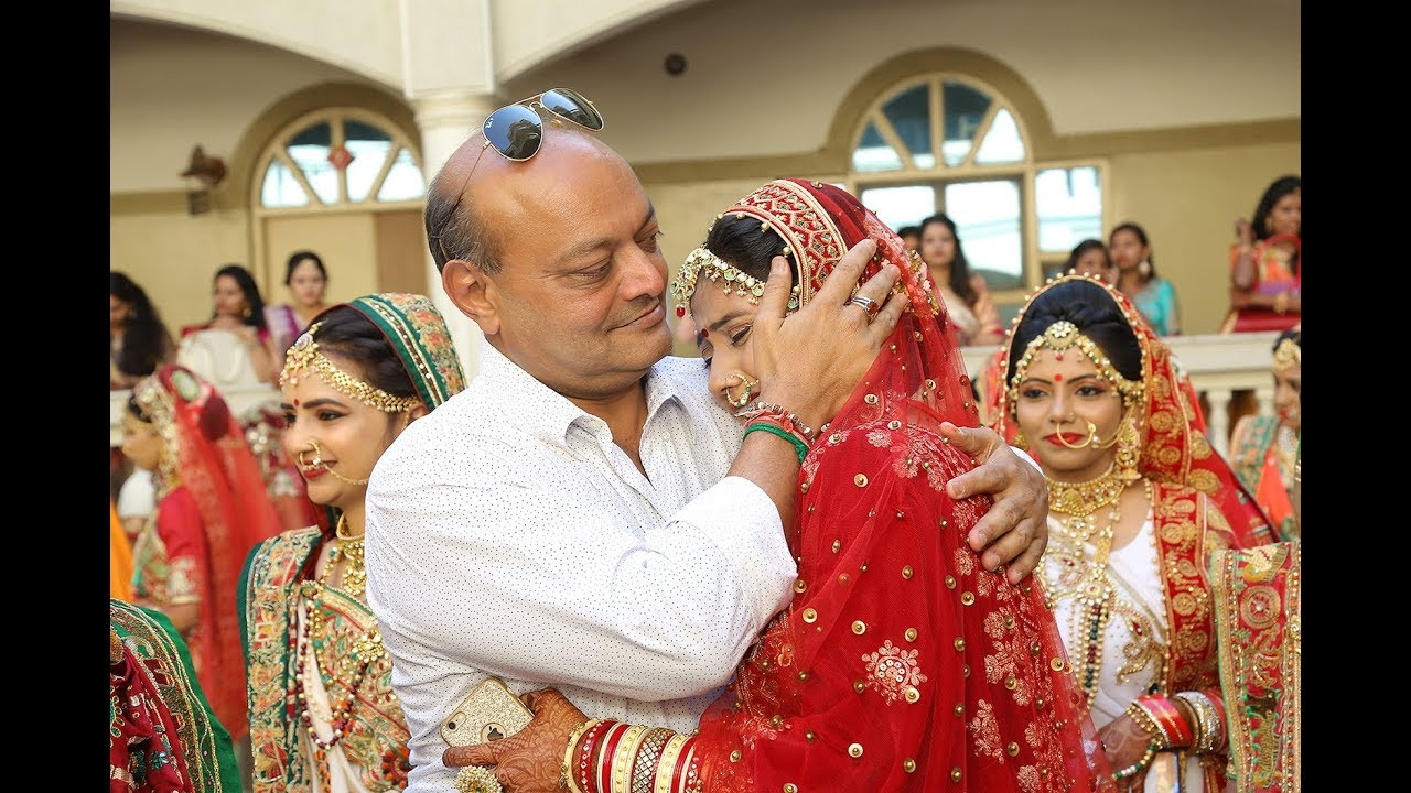 Rich Indian Tycoon Pays For the Weddings of Hundreds of Fatherless Brides  in Massive Ceremony