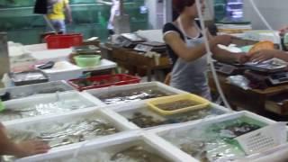 Видео, которое меня очень сильно расстроило. Остров Хайнань в Китае.(Увиденное очень огорчило меня, и я ничего не могу изменить. Это ресторан морепродуктов на острове Хайнань..., 2017-02-06T17:57:24.000Z)